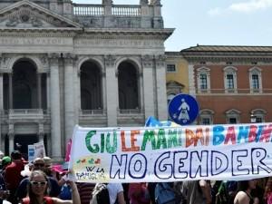 Un gruppo di manifestanti, ieri  pomeriggio, in piazza San Giovanni a Roma