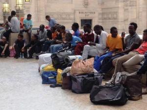 Migranti in partenza dalla stazione ferroviaria di Milano