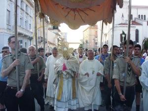Monsignor Valentinetti, arcivescovo di Pescara-Penne, guida la processione del Corpus Domini a Pescara