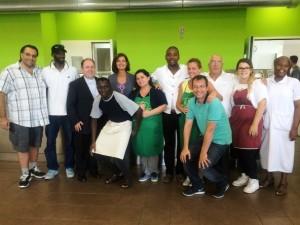 Il presidente della Camera Laura Boldrini con don Marco Pagniello e alcuni fra volontari e ospiti della struttura