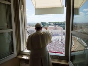 Papa Francesco preside l'Angelus, affacciandosi dal Palazzo apostolico