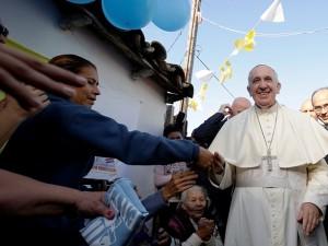 Papa Francesco in visita presso un quartiere paraguiano