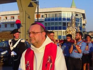 Monsignor Tommaso Valentinetti, arcivescovo di Pescara-Penne, presiede la processione di San Cetteo