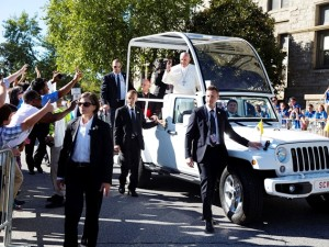 Papa Francesco saluta i fedeli a Washington