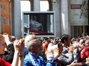 Fedeli in piazza San Pietro per l'Angelus