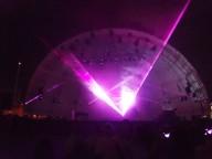 Il palco, a forma di conchiglia, illuminato dai laser all'ex Cofa