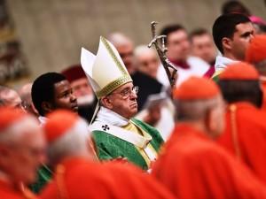 Papa Francesco tra i 270 padri sinodali