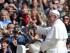 Papa Francesco saluta i fedeli in piazza San Pietro