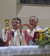 don Maurizio Sonaglia, diacono permanente, assiste l'abate Santuccione