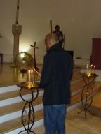 L'accensione di una candela. in memoria delle vittime dei viaggi della speranza