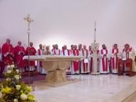 L'altare e il cero pasquale scolpiti nel marmo scolpito da Pietro Cascella