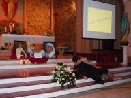 L'altare della parrocchia del Sacro Cuore, con la rappresentazione della parabola del Buon Samaritano