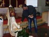 L'accensione dei ceri dall'icona della Sacra famiglia