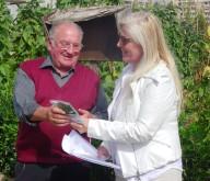 Antonella Allegrino, presidente dell'associazione Domenico Allegrino, consegna i semi ad un ortolano