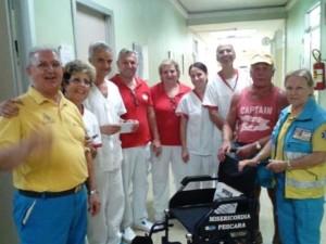 I volontari della Misericordia di Pescara,  Guido Di Carlo e Welleda Centorame, donano la sedia a rotelle al reparto di Dialisi 1