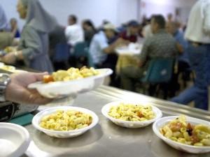 Alcuni pasti serviti in una mensa Caritas