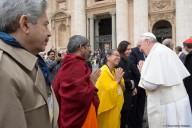Papa Francesco saluta esponenti di altre fedi