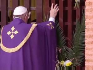 Papa Francesco apre la Porta santa nella Cattedrale di Bangui