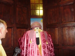 Mons. Tommaso Valentinetti, arcivescovo di Pescara-Penne, apre la Porta santa della Cattedrale di San Cetteo