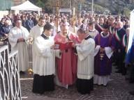 L'arcivescovo Valentinetti apre il rito d'apertura della Porta santa sul sagrato del Beato Nunzio