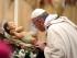 Papa Francesco si appresta a baciare l'effige di Gesù Bambino