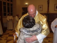 L'abbraccio del parroco don Antonio Del Casale a Carla