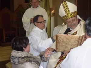 La vergine consacrata Carla D'Isidoro riceve l'anello, in segno di nuzialità a Cristo