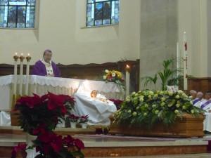 Mons. Tommaso Valentinetti, arcivescovo di Pescara-Penne, presiede il rito funebre