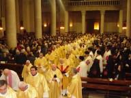 I sacerdoti diocesani, dopo aver varcato la Porta santa, fanno ingresso in Cattedrale