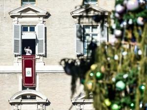 Papa Francesco pronuncia l'Angelus affacciandosi su Piazza San Pietro