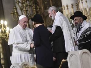 Papa Francesco incontra i vertici della comunità ebraica all'interno del Tempio maggiore di Roma