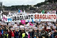 I manifestanti contestano il ddl Cirinnà