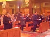 I fedeli in preghiera con l'arcivescovo Valentinetti