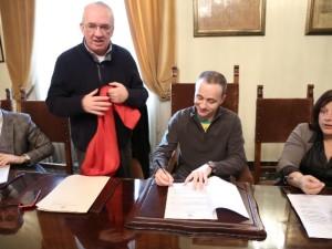 Don Cristiano Marcucci, presidente del Consultorio familiare Ucipem, firma il protocollo d'intesa