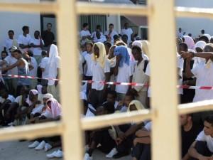 Un gruppo di migranti all'interno di un Cie: un Centro di identificazione ed espulsione