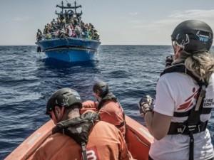 Un salvataggio in mare compiuto dagli operatori di Medici senza frontiere