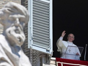 Papa Francesco pronuncia l'Angelus