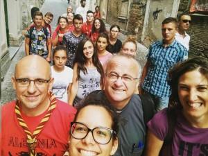 Don Lucio Giacintucci, in compagnia di un gruppo di parrocchiani a Cepagatti