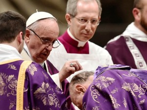 Papa Francesco amministra il rito delle Sacre Ceneri