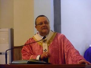 Monsignor Tommaso Valentinetti, arcivescovo di Pescara-Penne pronuncia l'omelia della Santa messa