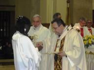 L'arcivescovo Valentinetti impartisce a Magat Antonia il sacramento dell'Eucaristia