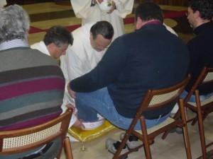 Monsignor Tommaso Valentinetti, arcivescovo di Pescara-Penne, compie il rito della lavanda di piedi su dodici operatori della carità pescaresi