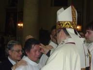 L'arcivescovo Valentinetti unge con il crisma della cresima Boumy, detto Francesco,