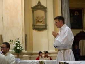 Don Marco Pagliccia, durante una celebrazione liturgica nella comunità dell'Oratorio di San Filippo Neri a Mondovì
