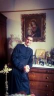 don Marco Pagliccia, con indosso la talare della Confederazione dell'Oratorio di San Filippo Neri
