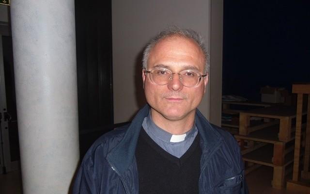 Padre Walter Bottaccio, gesuita originario di Montesilvano, rettore della chiesa della Madonna della speranza a Scampia