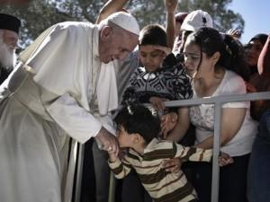I migranti di Lesbo, commossi, salutano Papa Francesco