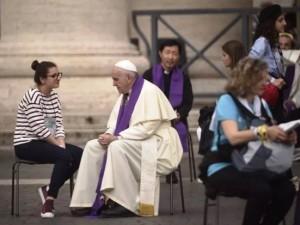 Papa Francesco confessa una ragazza in piazza San Pietro (Foto Agenzia Sir)