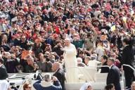 Papa Francesco saluta i fedeli a bordo della Papa mobile