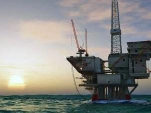 Una piattaforma per l'estrazione di petrolio nel mare Adriatico, a largo delle coste pugliesi